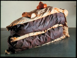 Claes Oldenburg, Floor Cake, 1962, toile remplie de mousse et de boîtes en carton, peinture polymère synthétique et latex, 148,2x290,2x148,2 cm, New-York, MOMA. Site : http://artplastoc.blogspot.fr/2014/01/192-loeuvre-de-claes-oldenburg-ne-en.html