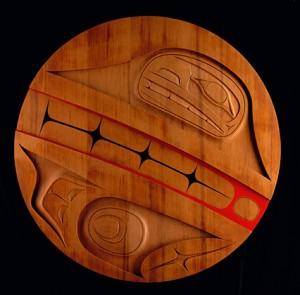 Tlii.aa n ° 1 , 2008, Robert Davidson (Haïda, Masset, Clan de l'Aigle), b. 1946. Acrylique sur cèdre rouge, 48 (diam.) X 3 po. Collection privée. © Robert Davidson. Photo: Kenji Nagai.  Site : http://nmai.si.edu/explore/exhibitions/item/?id=936